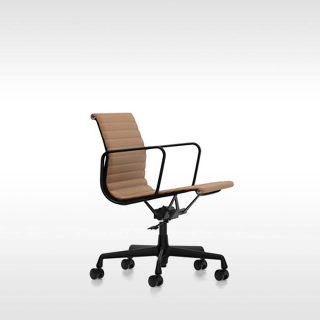 Eames Ea 117 Bureaustoel.Vitra Bureaustoel Aluminium Chair Ea 119 Stof Door Charles Ray