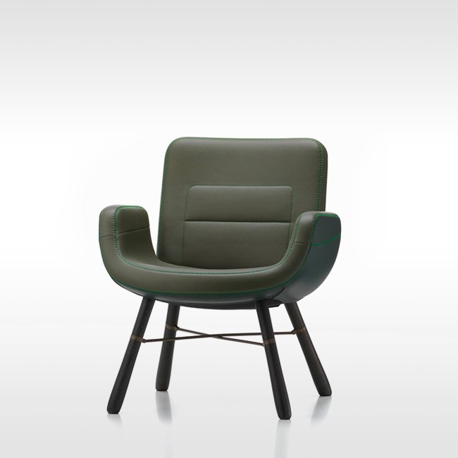 Vitra fauteuil East River Chair Leather met donker eiken onderstel door Hella Jongerius