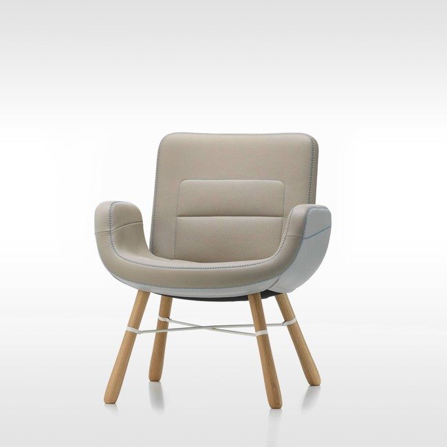 Vitra fauteuil East River Chair Leather met naturel eiken onderstel door Hella Jongerius