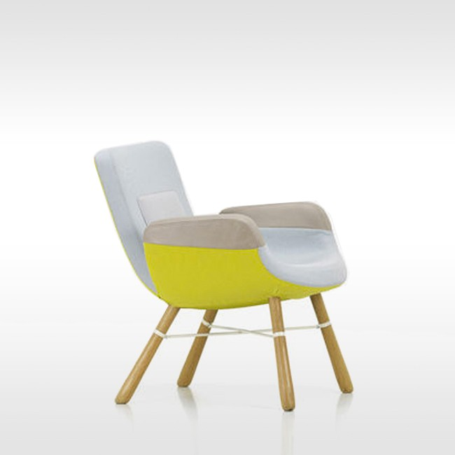 Vitra fauteuil East River Chair met naturel eiken onderstel door Hella Jongerius