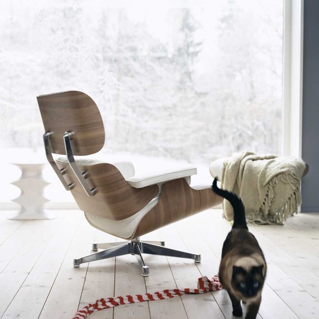 Vitra loungestoel Eames Lounge Chair wit gepigmenteerd noten door Charles & Ray Eames