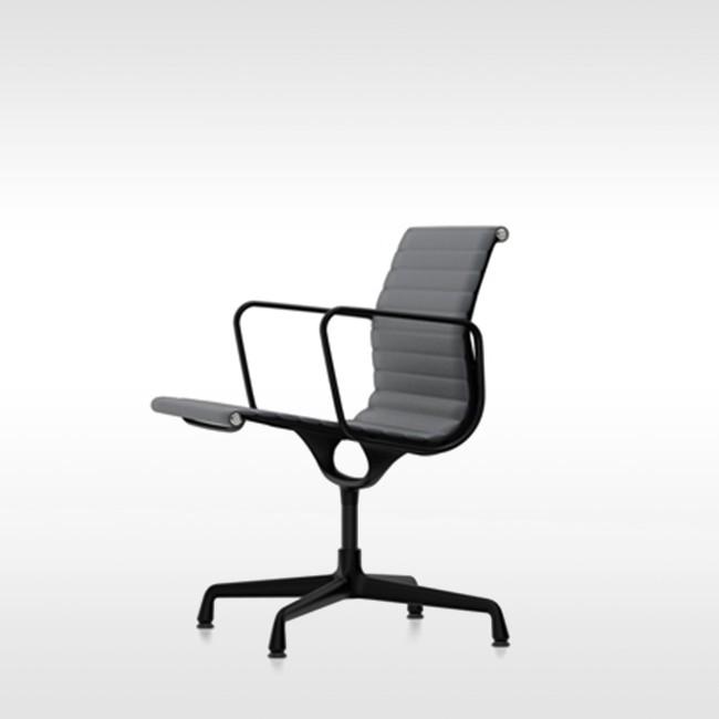 Vitra Stoel Aluminium Chair EA 107 Leder (zwart Frame) Door Charles & Ray Eames