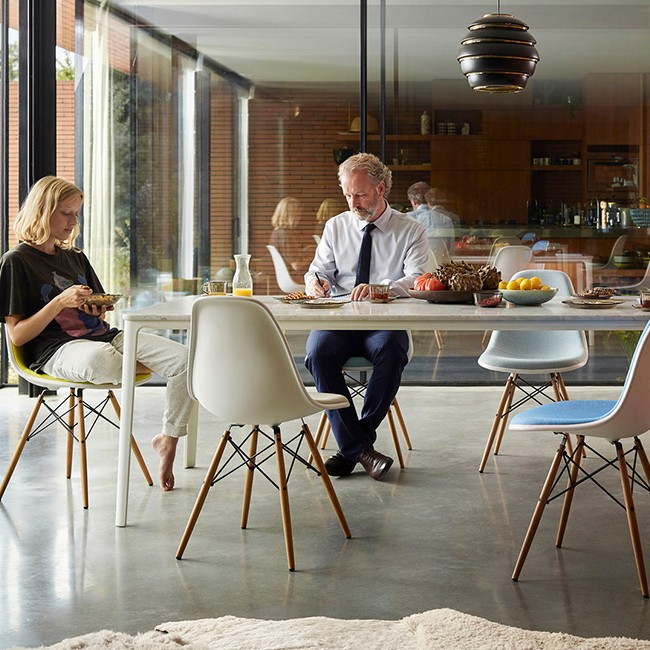 Vitra stoel Eames Plastic Chair DSW Wit bekleed door Charles & Ray Eames